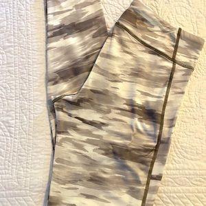EUC Women's Under Armour cold gear leggings - sz M